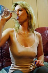 Пьяная блондинка показывает сиськи - фото #8