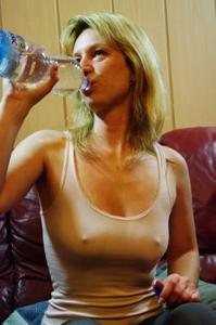 Пьяная блондинка показывает сиськи - фото #9