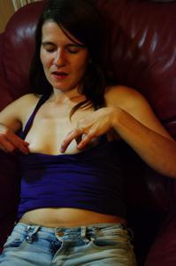 Пьяная Тина подергала себя за соски и достала огромный дилдак - фото #1