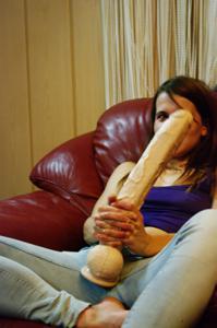 Пьяная Тина подергала себя за соски и достала огромный дилдак - фото #10