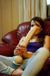 Пьяная Тина подергала себя за соски и достала огромный дилдак - фото #12
