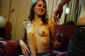 Пьяная Тина подергала себя за соски и достала огромный дилдак - фото #19