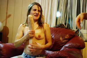 Пьяная Тина подергала себя за соски и достала огромный дилдак - фото #21
