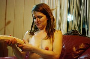 Пьяная Тина подергала себя за соски и достала огромный дилдак - фото #23