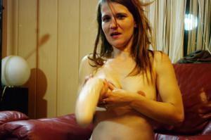Пьяная Тина подергала себя за соски и достала огромный дилдак - фото #25