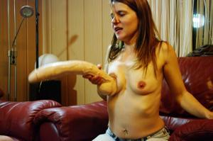 Пьяная Тина подергала себя за соски и достала огромный дилдак - фото #33