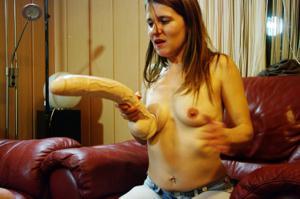 Пьяная Тина подергала себя за соски и достала огромный дилдак - фото #34