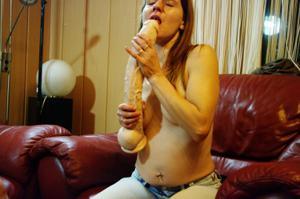 Пьяная Тина подергала себя за соски и достала огромный дилдак - фото #39