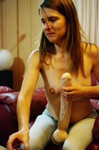 Пьяная Тина подергала себя за соски и достала огромный дилдак - фото #40
