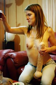 Пьяная Тина подергала себя за соски и достала огромный дилдак - фото #43