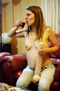 Пьяная Тина подергала себя за соски и достала огромный дилдак - фото #44