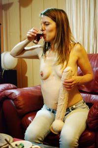 Пьяная Тина подергала себя за соски и достала огромный дилдак - фото #45