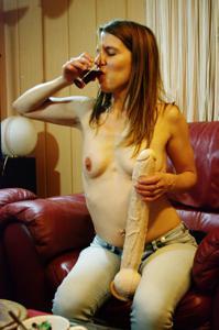 Пьяная Тина подергала себя за соски и достала огромный дилдак - фото #46