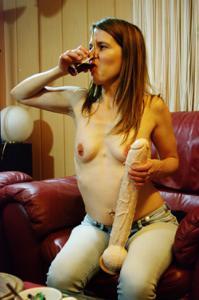 Пьяная Тина подергала себя за соски и достала огромный дилдак - фото #47