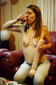 Пьяная Тина подергала себя за соски и достала огромный дилдак - фото #49