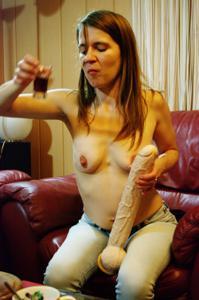 Пьяная Тина подергала себя за соски и достала огромный дилдак - фото #50