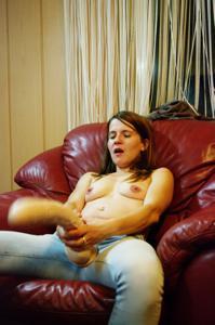 Пьяная Тина подергала себя за соски и достала огромный дилдак - фото #63