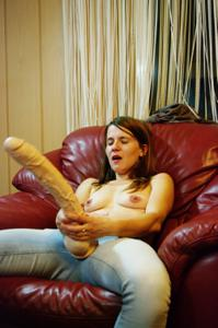 Пьяная Тина подергала себя за соски и достала огромный дилдак - фото #64