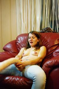 Пьяная Тина подергала себя за соски и достала огромный дилдак - фото #65