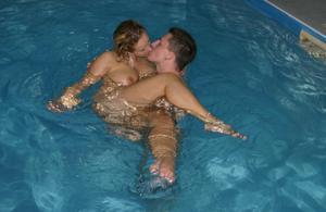 Молодые свингер пары сняли коттедж и занимаются сексом - фото #22