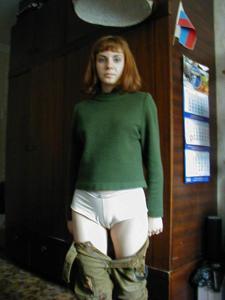 Рыжая дама снимает штаны - фото #13