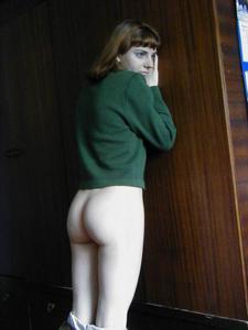 Рыжая дама снимает штаны - фото #14