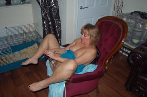 Женщина с голой пиздой пьет вино перед монитором - фото #1