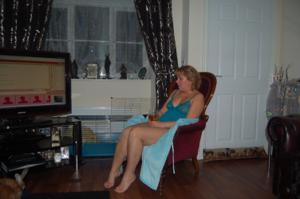 Женщина с голой пиздой пьет вино перед монитором - фото #11