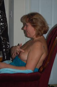 Женщина с голой пиздой пьет вино перед монитором - фото #12
