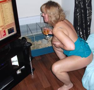 Женщина с голой пиздой пьет вино перед монитором - фото #13