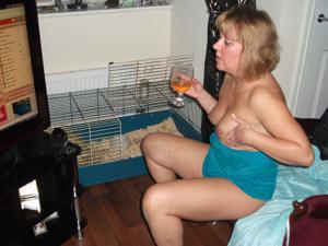 Женщина с голой пиздой пьет вино перед монитором - фото #14