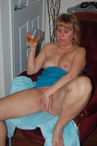 Женщина с голой пиздой пьет вино перед монитором