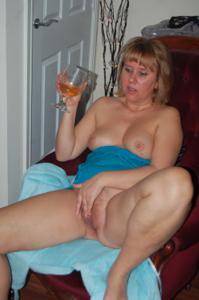 Женщина с голой пиздой пьет вино перед монитором - фото #3