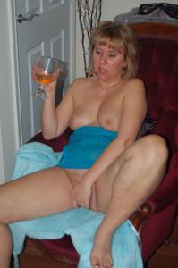 Женщина с голой пиздой пьет вино перед монитором - фото #5