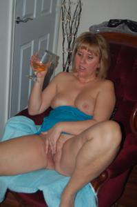 Женщина с голой пиздой пьет вино перед монитором - фото #6
