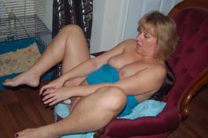 Женщина с голой пиздой пьет вино перед монитором - фото #8
