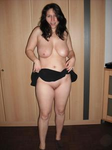 Брюнетка с сиськами поднимает юбку - фото #13