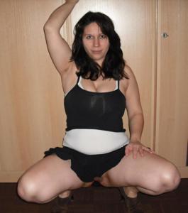 Брюнетка с сиськами поднимает юбку - фото #3