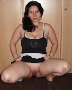 Брюнетка с сиськами поднимает юбку - фото #4