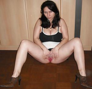 Брюнетка с сиськами поднимает юбку - фото #7