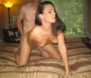 Молодая сексвайф и ее муж подлиза - фото #15