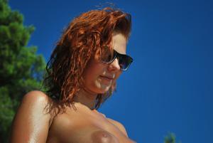 Рыжая чешка на хорватском пляже - фото #11