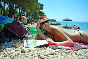 Рыжая чешка на хорватском пляже - фото #12