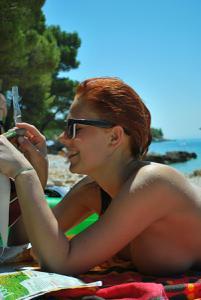 Рыжая чешка на хорватском пляже - фото #7