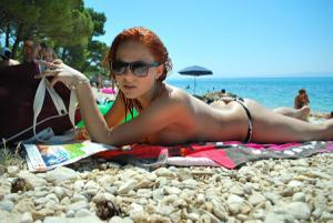 Рыжая чешка на хорватском пляже - фото #8