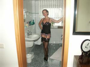 Привлекательная милфа частенько не одевает трусов - фото #17