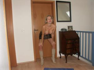 Привлекательная милфа частенько не одевает трусов - фото #5