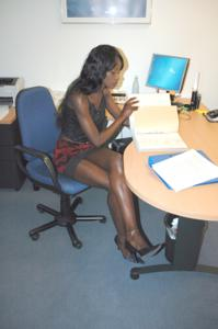 Не голая, но сексуальная африканская секретарша - фото #1