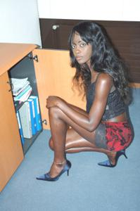 Не голая, но сексуальная африканская секретарша