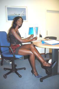 Не голая, но сексуальная африканская секретарша - фото #11